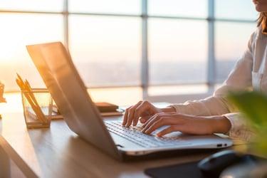在宅勤務とテレワークの違いとは?普及させるポイントを解説